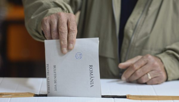 O persoana voteaza pentru alegerile prezidentiale, la sectia 313, in Bucuresti, duminica, 2 noiembrie 2014. OCTAV GANEA / MEDIAFAX FOTO