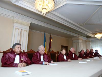 """Cei noua judecatori ai Curtii Constitutionale s-au intrunit in noua formula, in Bucuresti, luni, 16 iulie 2007. In cadrul sedintei, Curtea Constitutionala a respins sesizarea """"Grupului de initiativa"""", care dorea modificarea Constitutiei in sensul interzicerii casatoriilor intre persoanele de acelasi sex, judecatorii Curtii constatand ca nu au fost indeplinite conditiile de dispersie teritoriala a semnaturilor. ANDREEA BALAUREA / MEDIAFAX FOTO"""