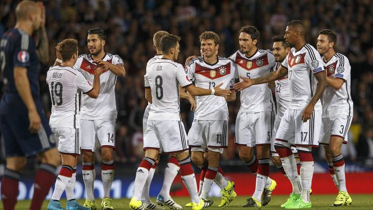 epa04919086 Germany's Thomas Mueller (C) celebrates scoring the 1-0 with teammates during the UEFA EURO 2016 group D qualifying match between Scotland and Germany at Hampden Park Stadium in Glasgow, Britain, 07 September 2015.  EPA/ROBERT PERRY