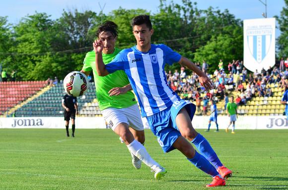 Andrei Ivan de la CS Universitatea Craiova se lupta pentru minge cu Madalin Ciuca in timpul meciului contra CSMS Iasi, meci contand pentru Liga I la fotbal, sambata, 9 mai 2015, la Craiova. BOGDAN DANESCU / MEDIAFAX FOTO