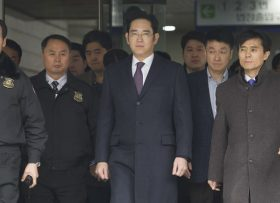 SEOUL, SOUTH KOREA - JANUARY 18: Samsung vice Chairman Lee Jae-yong (C) leaves the Seoul Central District Court after the hearing on his arrest warrant in Seoul, South Korea on January 18, 2017. Kim Jong Hyun / Anadolu Agency