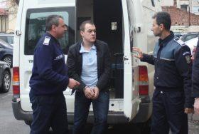 IULIAN FLORIN SICLITARU  este adus la Tribunalul Dol ,joi,4 aprilie 2013,in Craiovaj.Duminica dimineata acesta a accidentat mortal doi tineri ce traversau regulamentar o strada din municipiul Craiova.
