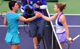 Simona Halep of Romania (R) shakes hands with Carla Suarez Navarro of Spain at the net following their quarterfinal match at the BNP Paribas Tennis Open in Indian Wells, California on March 18, 2015. Halep defeated Suarez Nacarro 5-7, 6-1, 6-1. AFP PHOTO/ FREDERIC J. BROWN
