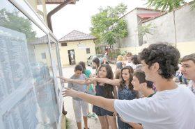 Admitere Nationala la scoala 124 din Bucuresti, vineri, 2 iulie 2010. (Marian Iliescu/Adevarul)